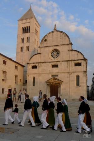 Nie byłoby historii bez dbałości o kulturę i tradycję <br>- zespół folklorystyczny z Padu podczas spaceru po chorwackim Zadarze. fot. joan
