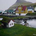 Różnokolorowe domki, niektóre z trawą na dachu. Rozrywek nie za wiele.