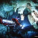 W podwodnych jaskiniach Meksyku, przedzierając się™ przez zaciski i odkrywając kolejne km prawdopodobnie najdłuższego na świecie systemu zalanych korytarzy.