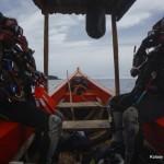 Z chybotliwej łódki trzeba był'o wskakiwać do wody jednocześ›nie.