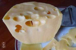 Ser typu szwajcarskiego ma dziury jak należy i wyrazisty smak