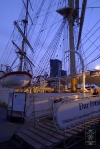 """""""Dar Pomorza"""" przy Skwerze Kościuszki w Gdyni, w tle Sea Towers; fot. joan.pl"""