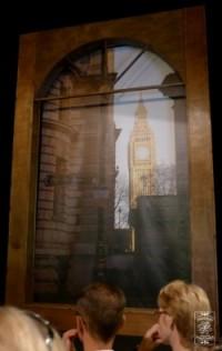 Sammy - okno z sylwetką Big Bena, w którym pojawią się dwaj Jockerzy; fot.joan.pl