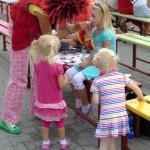 Kolorowo było też w 'strefie kibica' - tańce, pokazy, muzyka, ping-pong i malowanie..