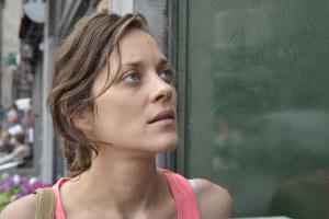 Sandra przed kolejnymi drzwiami - fot. © 2014 - Sundance Selects